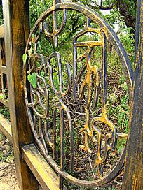 铜质护栏里的雕刻字体