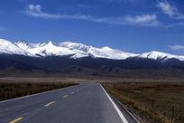 雪山下的公路