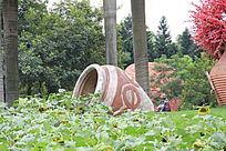 遮掩着的大水缸花瓶