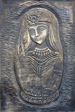 浮雕《套娃》,即俄罗斯民间工艺品,反映中俄界河额尔古纳河沿边历史事件的浮雕,内蒙古呼伦贝尔市中俄边陲小镇室韦。