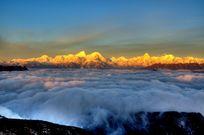 牛背山的云海与雪山