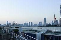淡蓝天空下的江边景色