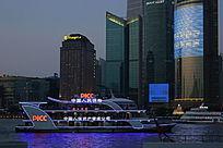 黄浦江上的游船与边上建筑