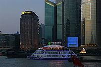 江上游船与大楼