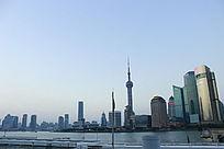 蓝天下的黄浦江边景色