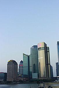 蓝天下江边的办公大厦