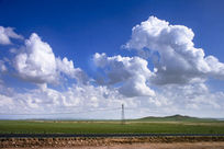 草原上空奔跑的白云