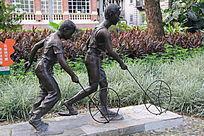 两个青年人物雕塑