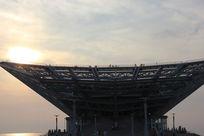 落日中的鲅鱼圈大剧场摄影图片