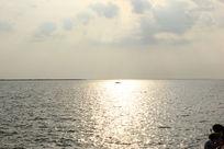 夕阳余晖中的海平面摄影图片