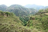 沟壑林立植被稀疏的高原山岭