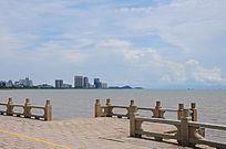 湖对面的居住建筑风景
