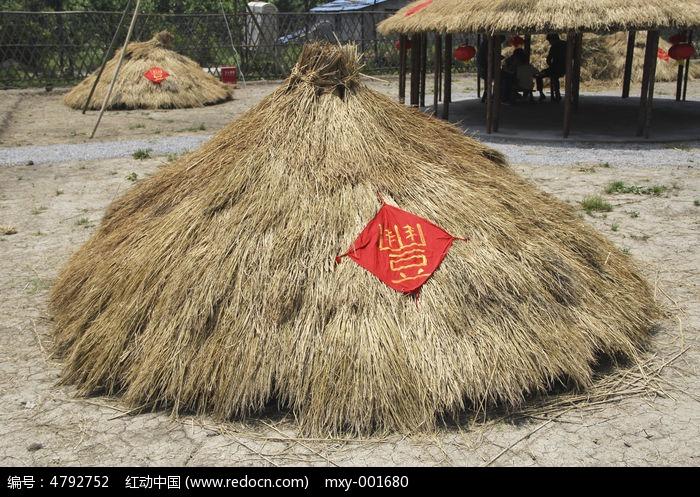 丰收稻草堆图片