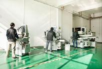 工厂操作机械设备的工人