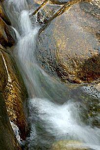 湍急的山石水流