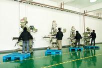 正在操作机械设备的工人