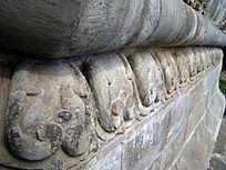 古庄严的石雕刻图案