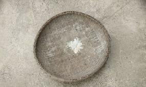 簸箕 米箕 水泥地 阳光 日常用品  高清摄影