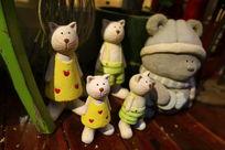 一群陶制小猫雕塑