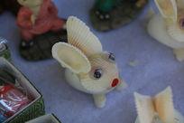 贝壳粘制的小兔子玩偶