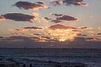 海上日出时刻天空朵朵彩云