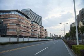 傍晚的马路和南溪江路商业中心