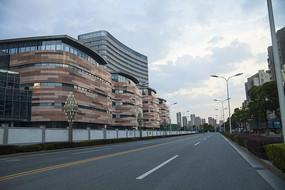 傍晚的马路和商业建筑
