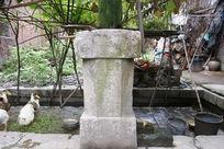 古老老院木柱下的石顶