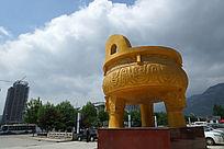 城市景观中的铜鼎雕塑