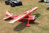 红白色飞机模型