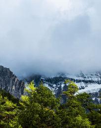 云层下的雪山