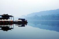 杭州西湖边的游船