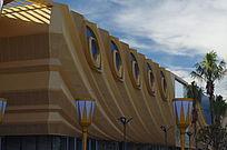 孔雀羽毛造型外墙的体育馆