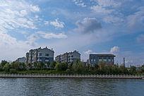 蓝天白云水边的民居