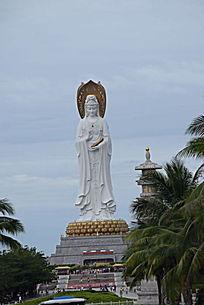 一座宏伟的菩萨雕像