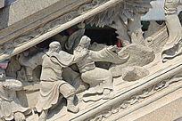 争斗中的人物雕塑
