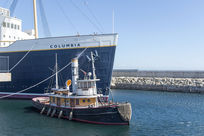 「S.S.哥伦比亚」大型邮轮和引航船