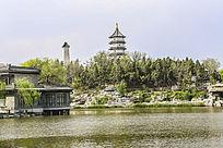 公园湖水及高塔
