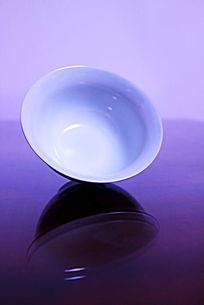 倾斜的青花瓷功夫茶具陶瓷茶杯