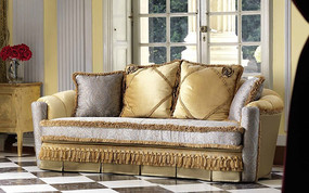 窗前的布艺沙发