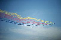 挂着黄红蓝三色彩带的飞机