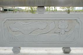 半开的荷花桥体石刻浮雕