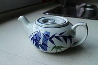 青花瓷竹叶花纹陶瓷茶壶