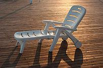 金色夕阳下的躺椅