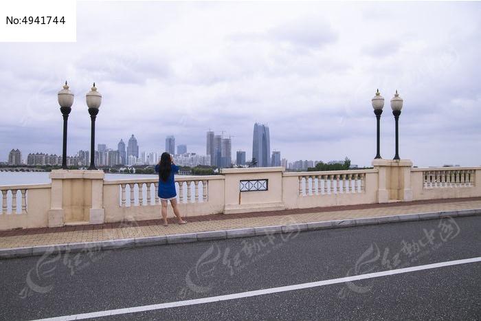 站在李公堤桥上拍金鸡湖风光图片