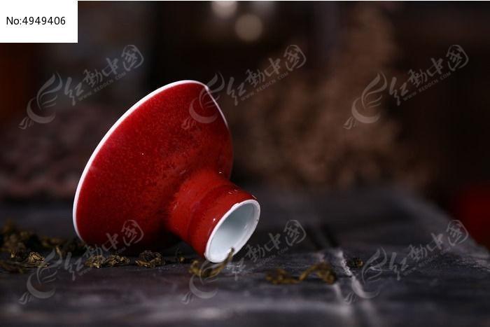 景德镇祭红高足杯倾斜摆放图片