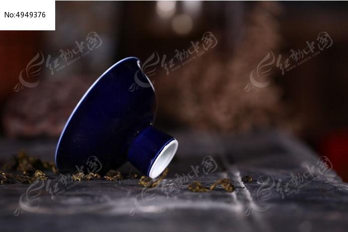 倾斜摆祭蓝高足杯图片