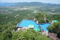 高山上的游泳池