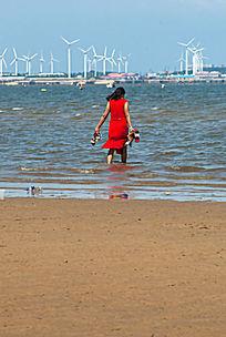 海边的女性游客
