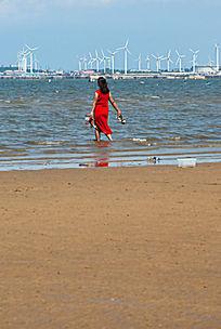 海边游玩的红衣服女人